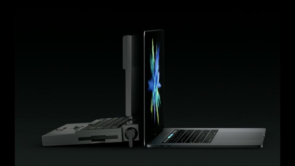 Macintosh PowerBook 100 neben dem MacBook Pro 2016